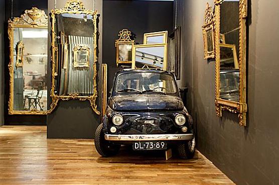 Fiat 500 voor antieke spiegel