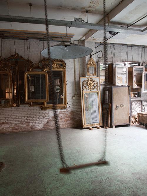 schommel in atelier anouk beerents met antieke spiegels op achtergrond