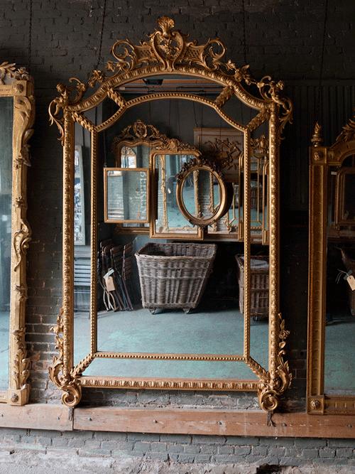 grote antieke spiegel, met in spiegelbeeld franse antieke spiegels