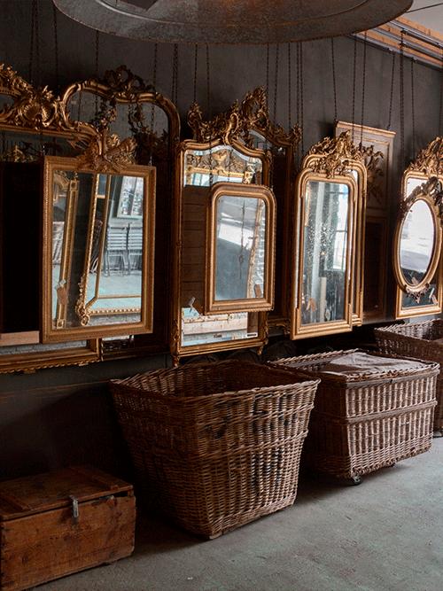 collectie antieke spiegels in atelier van Anouk Beerents
