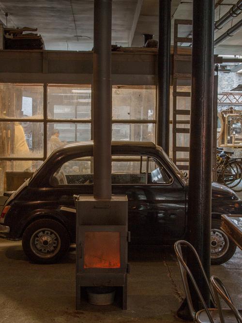 Fiat 500 in atelier vol met antieke spiegels en kaarsen