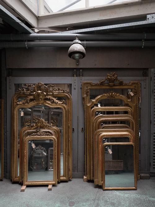 2 rijen met grote antieke spiegels met kuif en zonder kuif