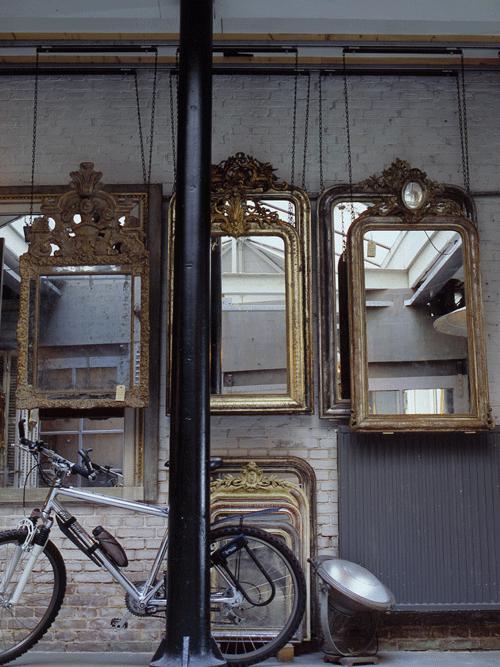 antieke spiegel met mountainbike ervoor