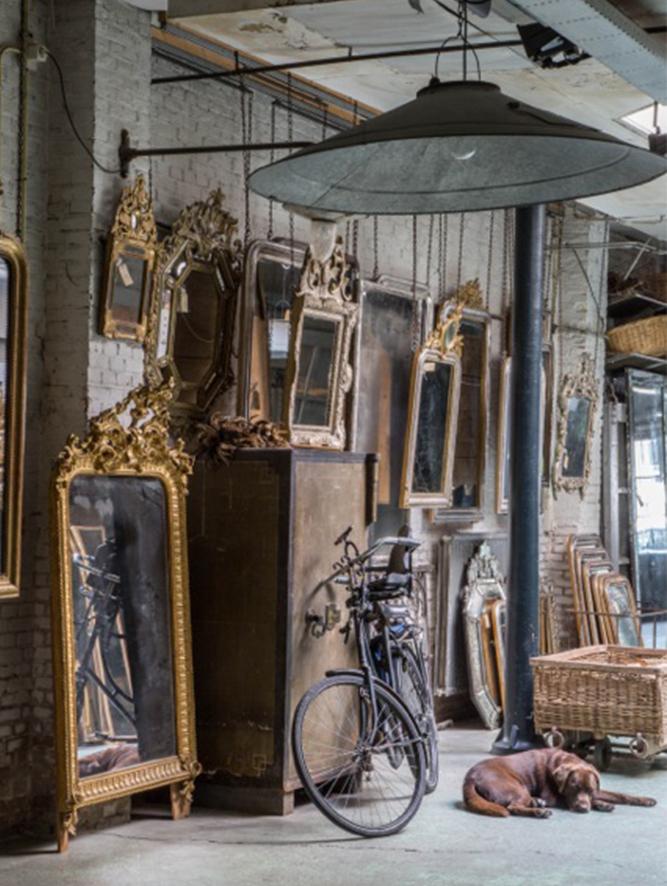 Atelier Anouk Beerents antieke spiegels met liggende hond